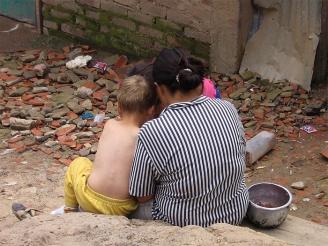 Några flyktingar sitter på gatan