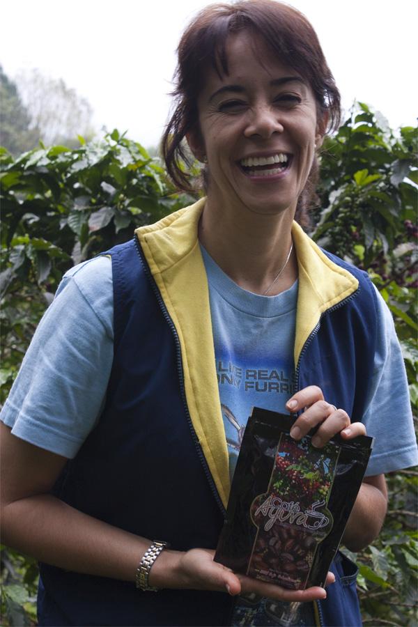 Leticia håller i ett paket av en ny sorts kaffe