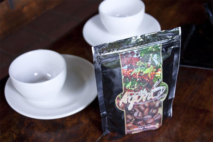 Två kaffekoppar och ett paket med den nya kaffesorten.