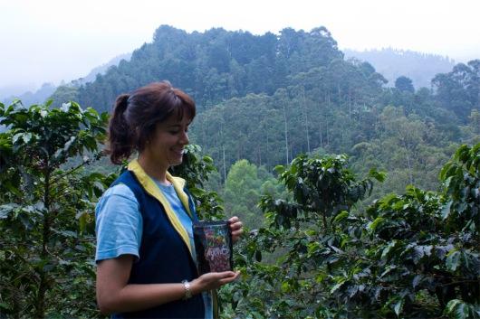 Leticia står framför bergen och kaffeodlingarna