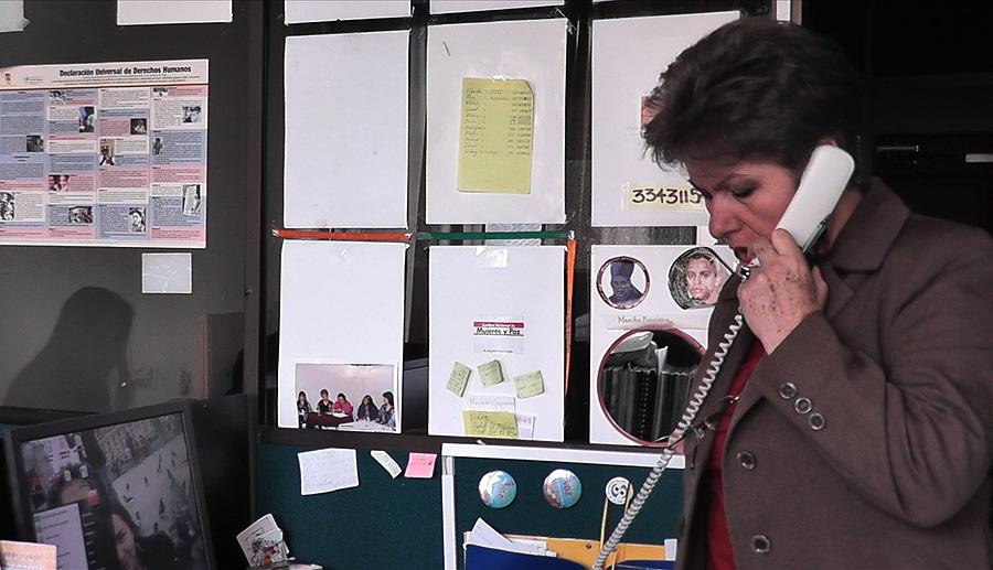Ruby pratar i telefon på ett kontor