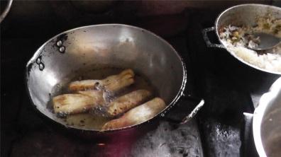 En gryta med mandiok på spisen